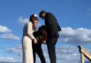 Noivo deixa cair aliança em lago durante casamento nos EUA; final é feliz